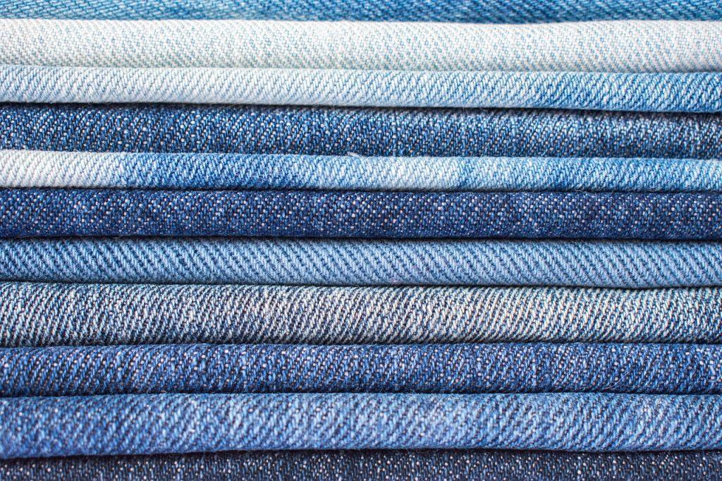 Jeansowa sukienka stylizacje